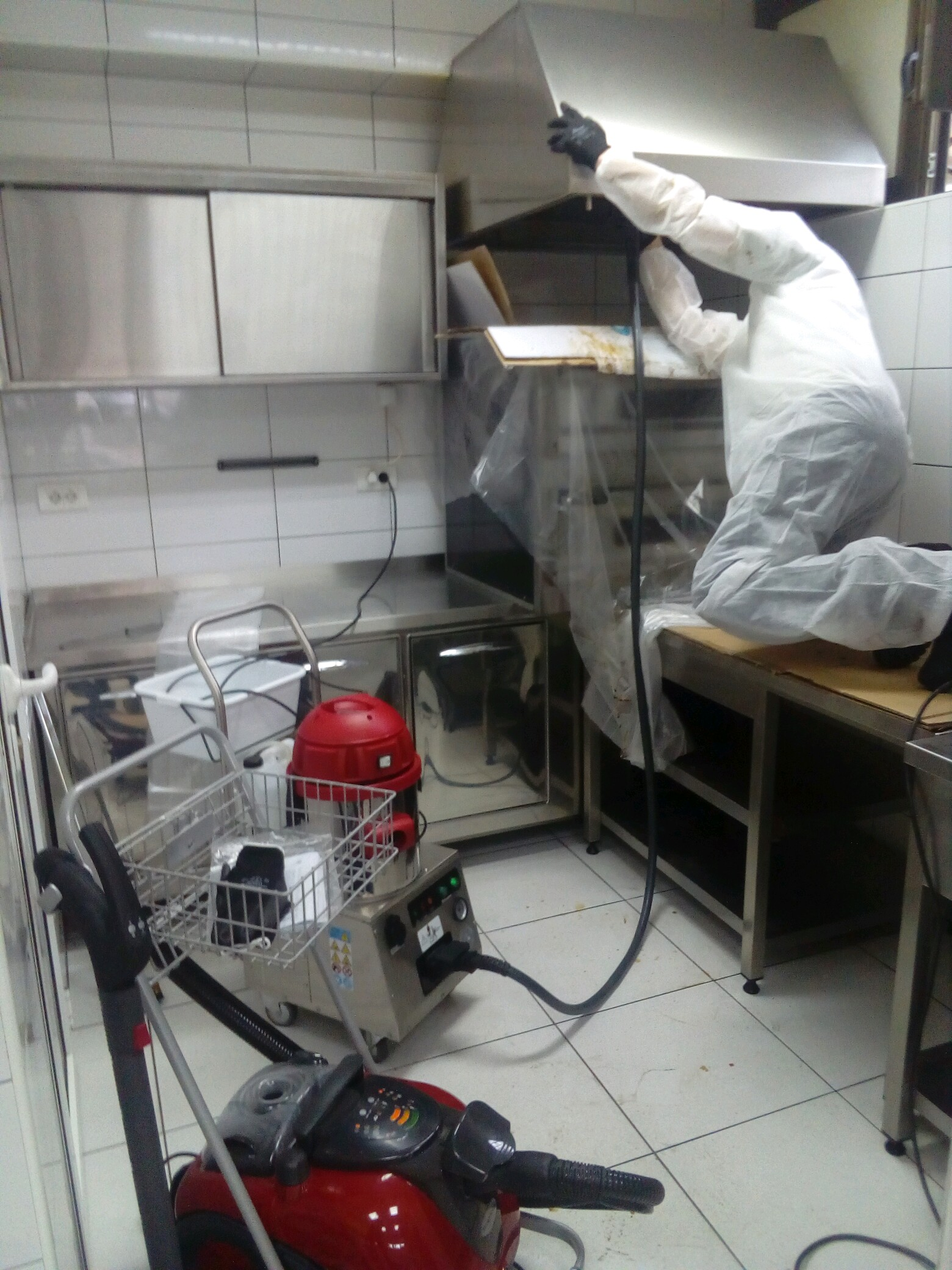 Čišćenje restorana i picerije. Profesionalni i industrijski Menikini paročistači i uređaji za čišćenje, odmašćivanje i dezinfekcije suvom parom. Suva para za dezinfekciju i čišćenje u prehrambenu industriju i ugostiteljstvo.